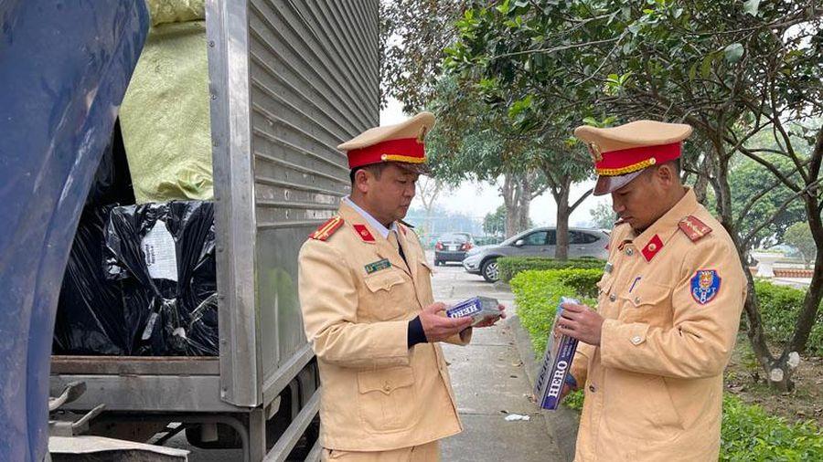 Bắt giữ xe tải chế thùng phụ chở 16.000 bao thuốc lá lậu