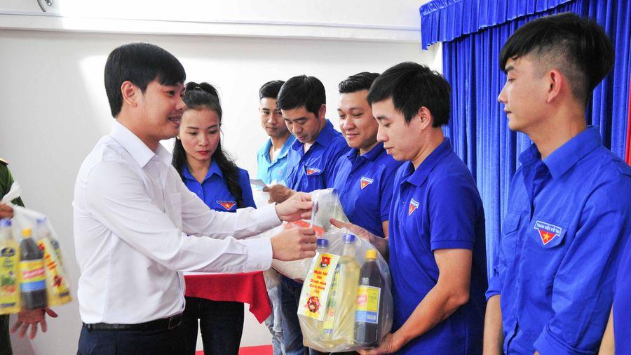 Trao 100 suất quà cho các thanh niên công nhân khó khăn