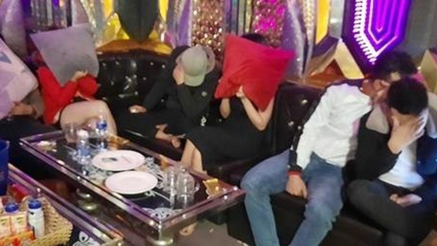 Cảnh sát 113 phát hiện 12 nam, nữ dương tính ma túy ở 'Thiên Đường'