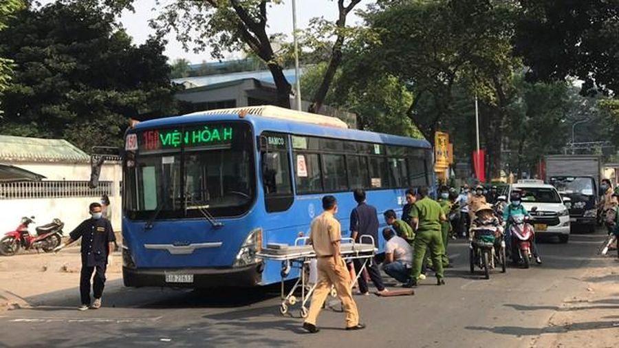 Đi bộ qua đường, một phụ nữ bán vé số bị xe buýt tông chết tại chỗ