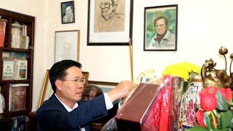 Đồng chí Võ Văn Thưởng thắp hương, tưởng nhớ cố lãnh đạo Ban Tuyên giáo Trung ương các thời kỳ