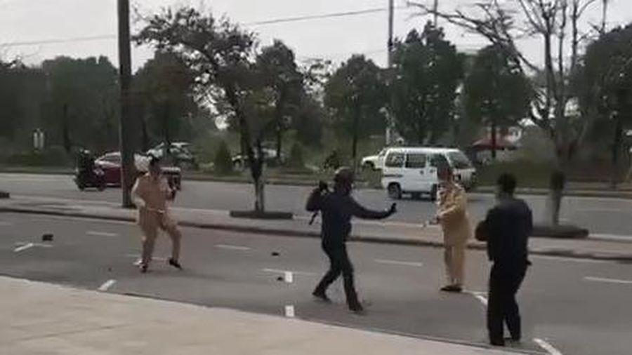Hải Phòng: Người vi phạm giao thông dùng côn nhị khúc đánh công an