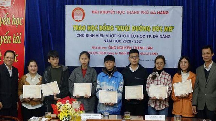 Trao học bổng 'Nuôi dưỡng ước mơ' cho 10 sinh viên nghèo vượt khó