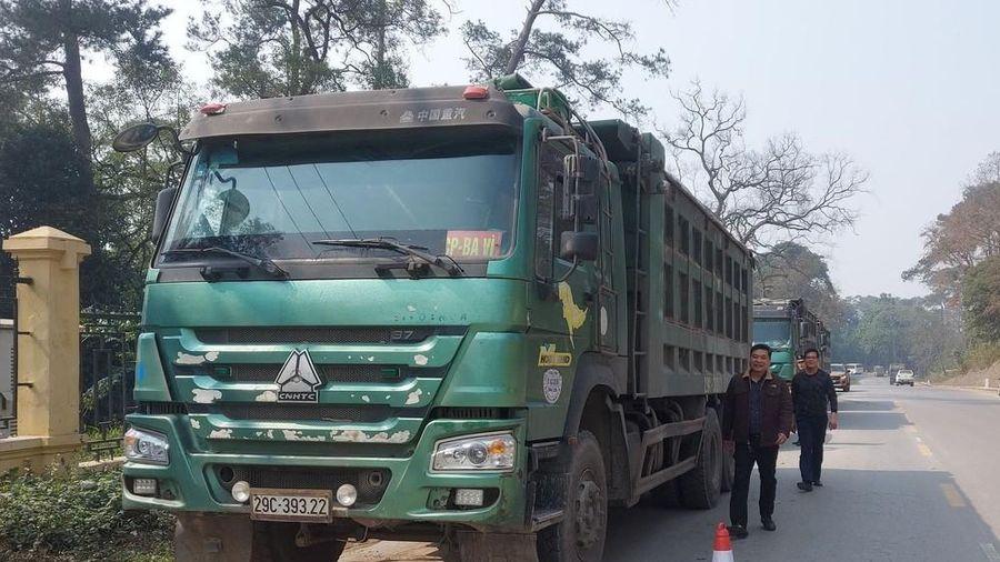 Xử phạt 6 tài xế cố thủ trên đoàn xe chở quá tải