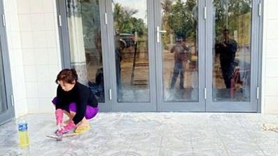 Con trai nợ tiền...mẹ ở nhà liên tục bị 'khủng bố' bẩn để đòi nợ