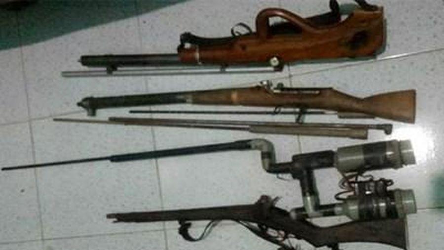 Bắt đối tượng mua bán ma túy, thu giữ 5 khẩu súng