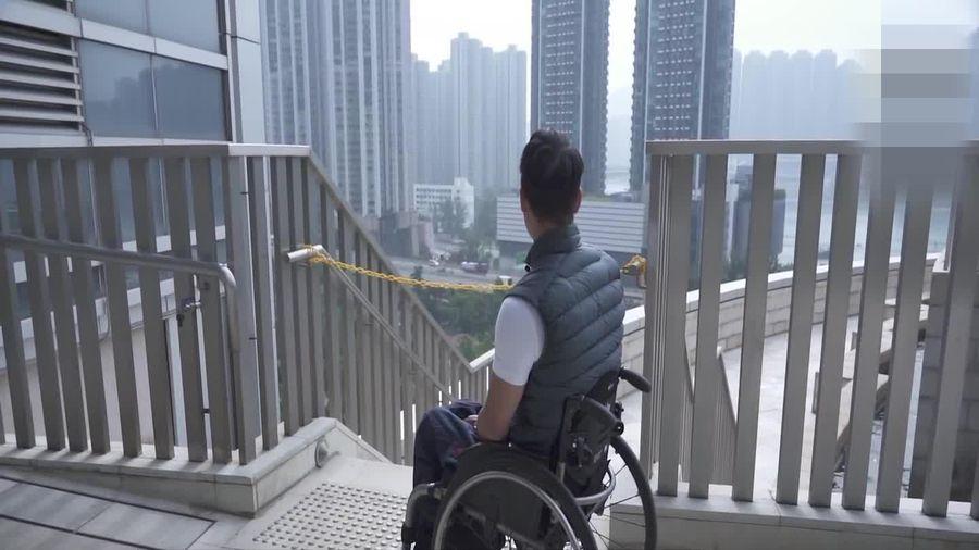 Chàng trai bị liệt leo tòa tháp 300m