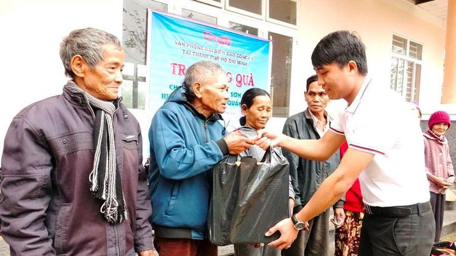 Quảng Ngãi: Báo Công lý tặng quà Tết cho người dân vùng cao