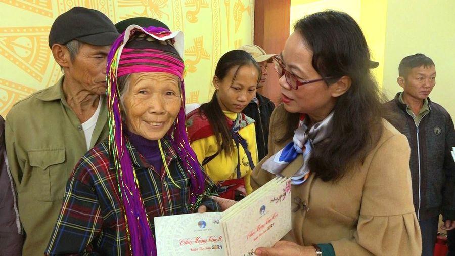 Thứ trưởng, Phó Chủ nhiệm UBDT Hoàng Thị Hạnh thăm, chúc tết đồng bào dân tộc thiểu số huyện Hải Hà