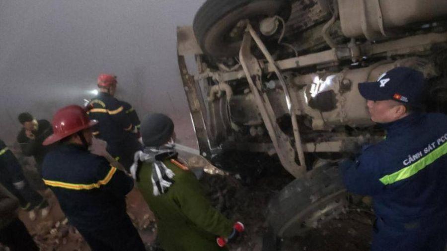 Xe đầu kéo lật nghiêng ở Sa Pa, tài xế tử vong mắc kẹt trong cabin