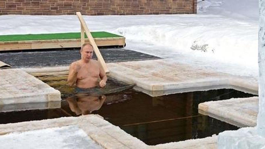 Tổng thống Putin cởi trần ngụp xuống nước giữa trời -20 độ C
