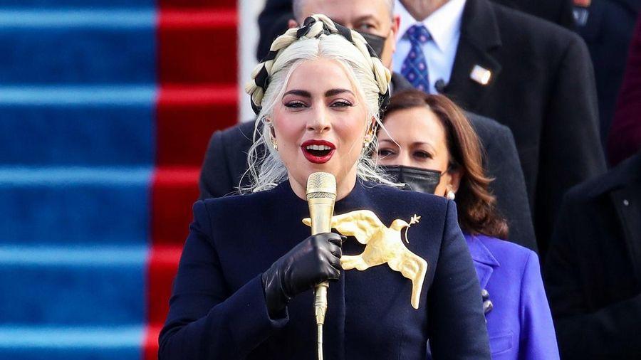 Ghim cài áo của Lady Gaga gây tranh cãi
