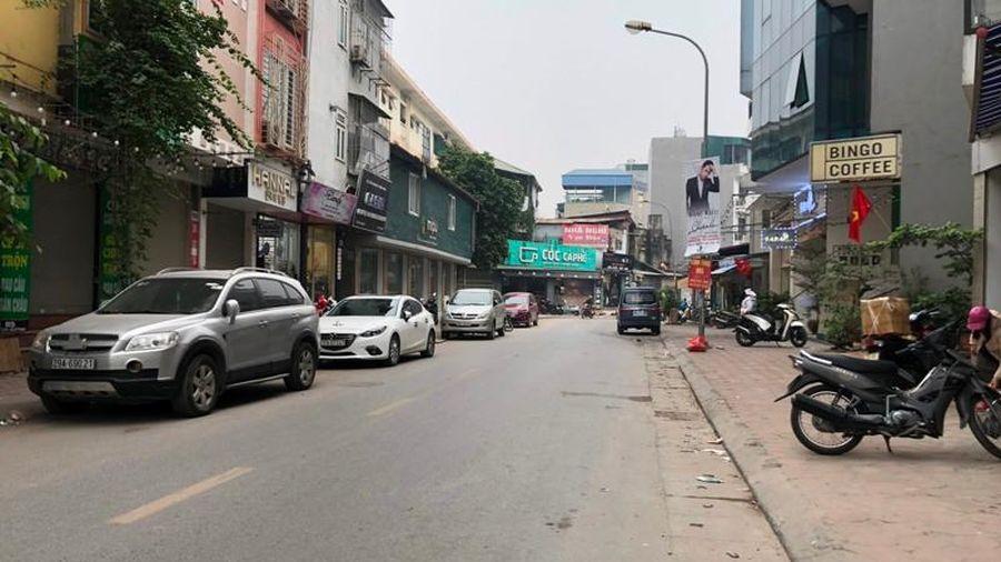 Ô tô chiếm dụng lòng đường phố Chùa Quỳnh