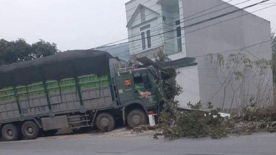 Tai nạn giao thông mới nhất hôm nay 21/1: Tài xế xe tải ngủ gật đâm vào nhà dân