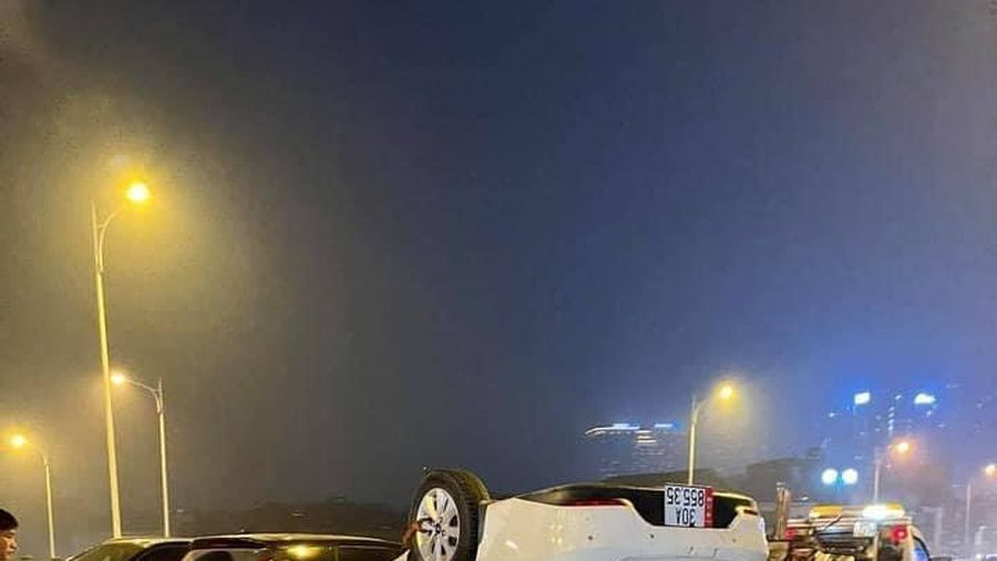 Hà Nội: Xe ô tô lật ngửa sau khi đâm vào dải phân cách cầu Vĩnh Tuy