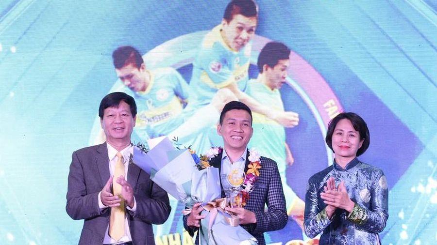 Cầu thủ futsal nhận giải thưởng Fair-play bóng đá Việt Nam 2020