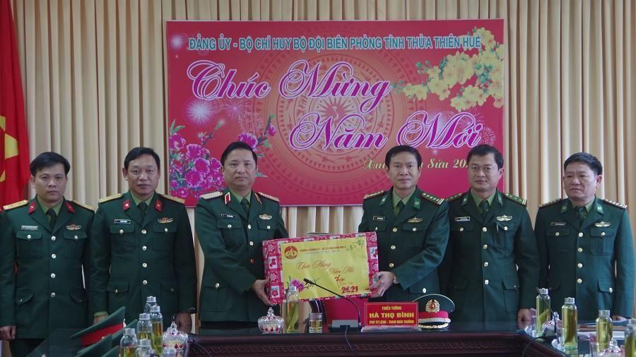 Bộ Tư lệnh Quân khu 4 tặng quà cán bộ, chiến sĩ biên phòng tại Huế