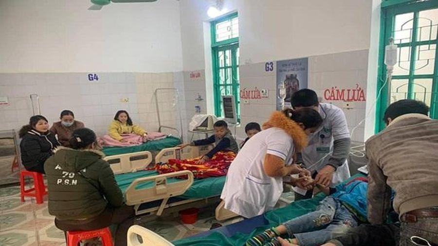 Ăn bữa sáng trước cổng trường, 7 học sinh phải nhập viện cấp cứu