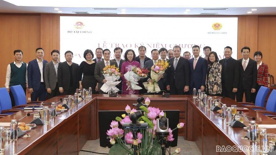 Bộ Ngoại giao trao tặng Kỷ niệm chương cho lãnh đạo Bộ Tài chính