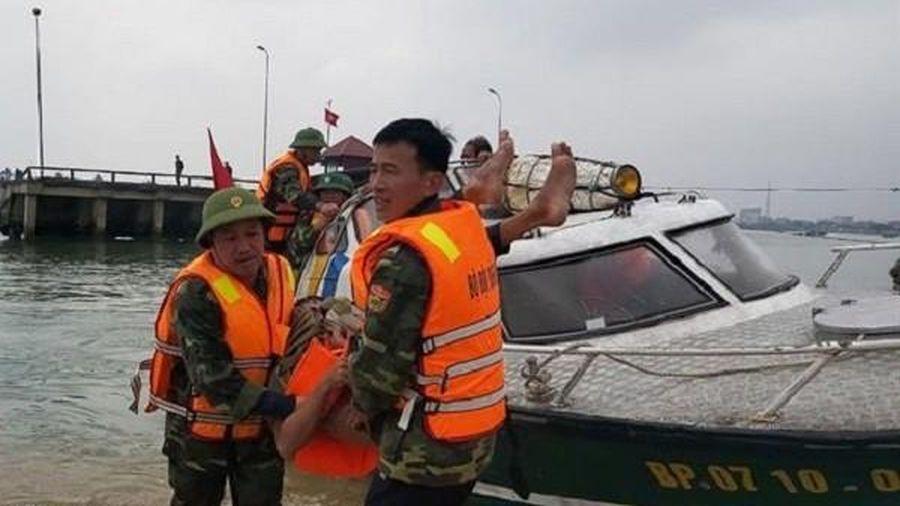 Biên phòng Quảng Bình kịp thời ứng cứu 3 ngư dân gặp nạn chìm thuyền trên biển