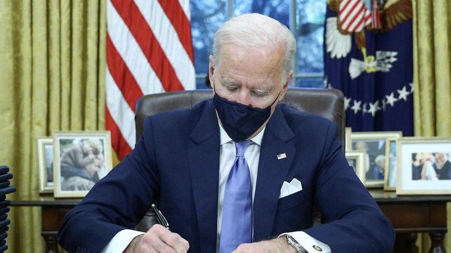 Ông Biden kí một loạt sắc lệnh, tiết lộ về lá thư của ông Trump