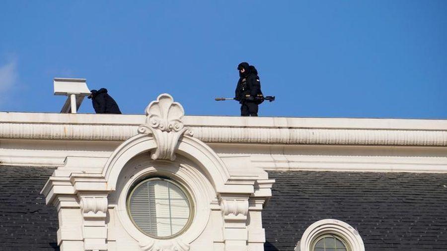 Nghị sĩ Mỹ cẩn thận mặc áo chống đạn đến lễ nhậm chức của ông Biden