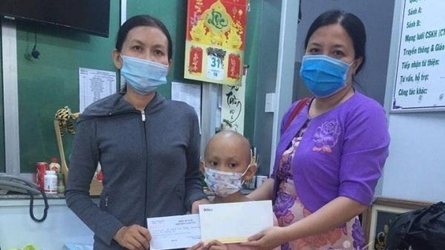Trao gần 65 triệu đồng cho bé Bùi Nguyễn Lan Phương