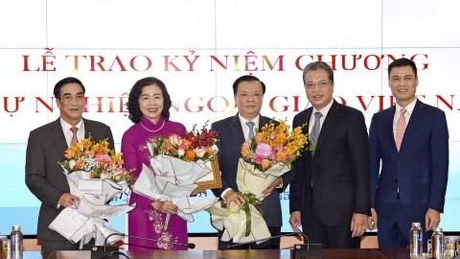 Lãnh đạo Bộ Tài chính nhận Kỷ niệm chương 'Vì sự nghiệp ngoại giao Việt Nam'