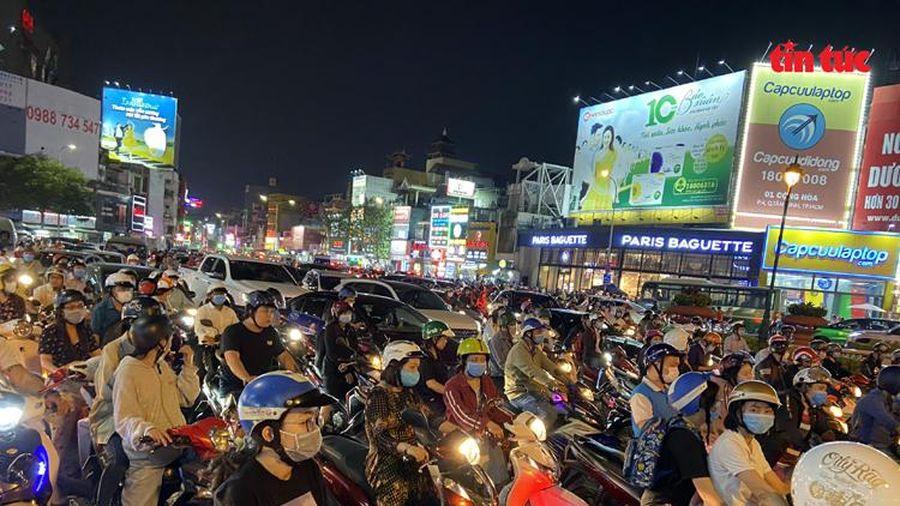 Hàng loạt tuyến đường ở TP Hồ Chí Minh ùn tắc nghiêm trọng