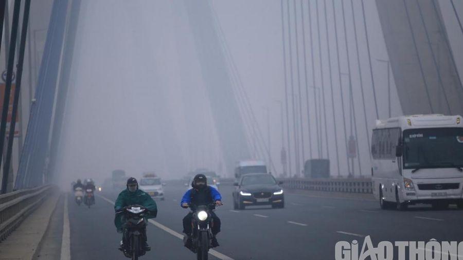 Hà Nội 'chìm' trong sương mù, giữa trưa vẫn như tờ mờ sáng