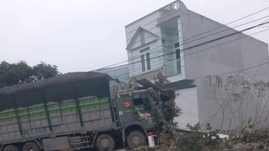 Tài xế xe tải ngủ gật điều khiển xe tông vào nhà dân