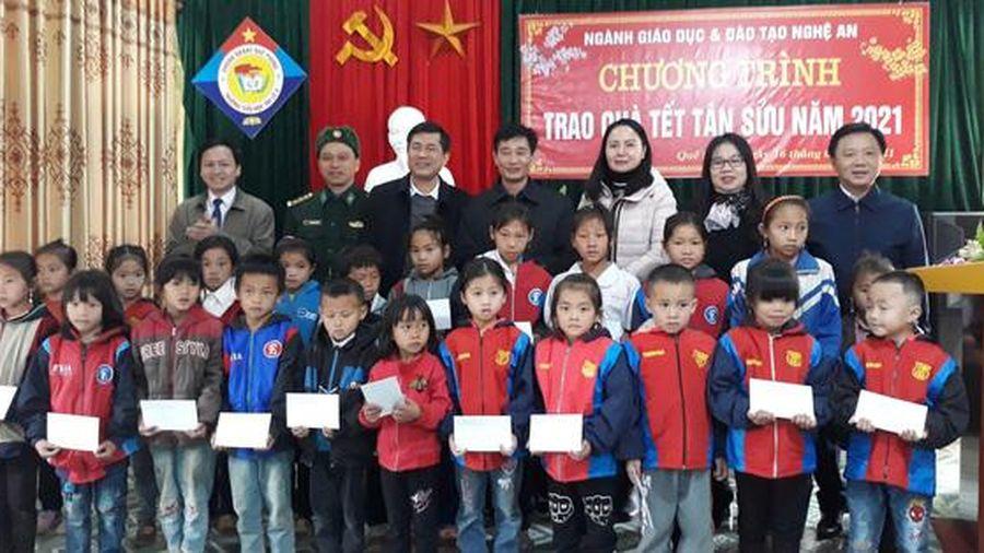 Trao quà Tết cho 600 thầy cô và học sinh các huyện miền núi Nghệ An