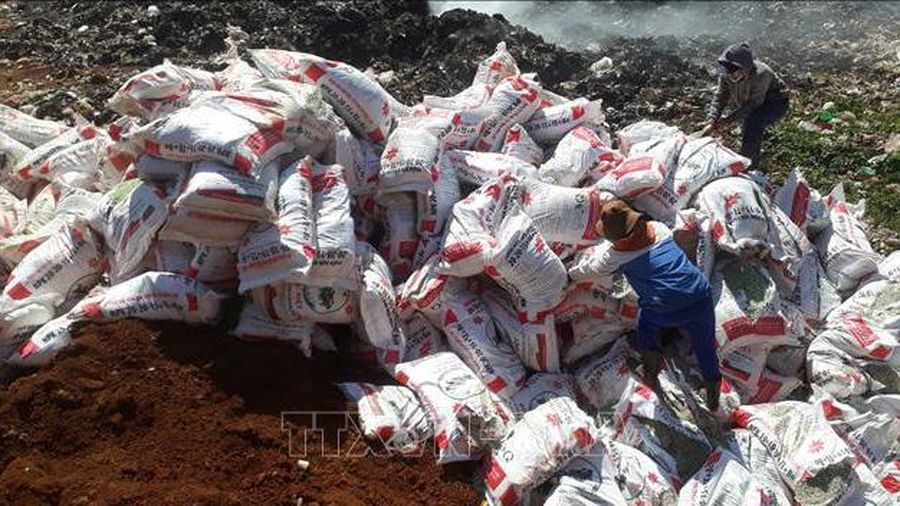 Lâm Đồng tiêu hủy gần 25 tấn phân bón không rõ nguồn gốc xuất xứ