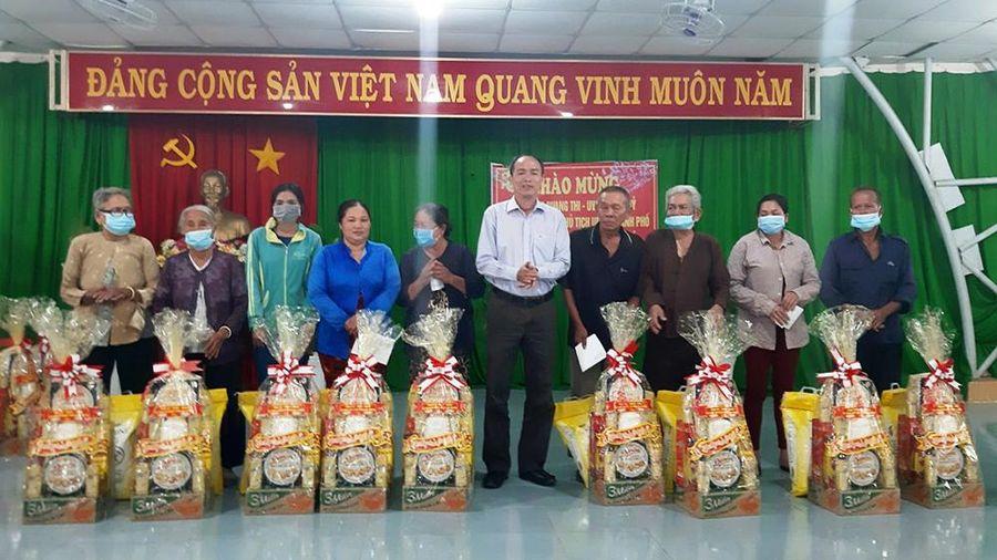 Thăm, tặng quà Tết cho hộ cận nghèo xã Vĩnh Tế