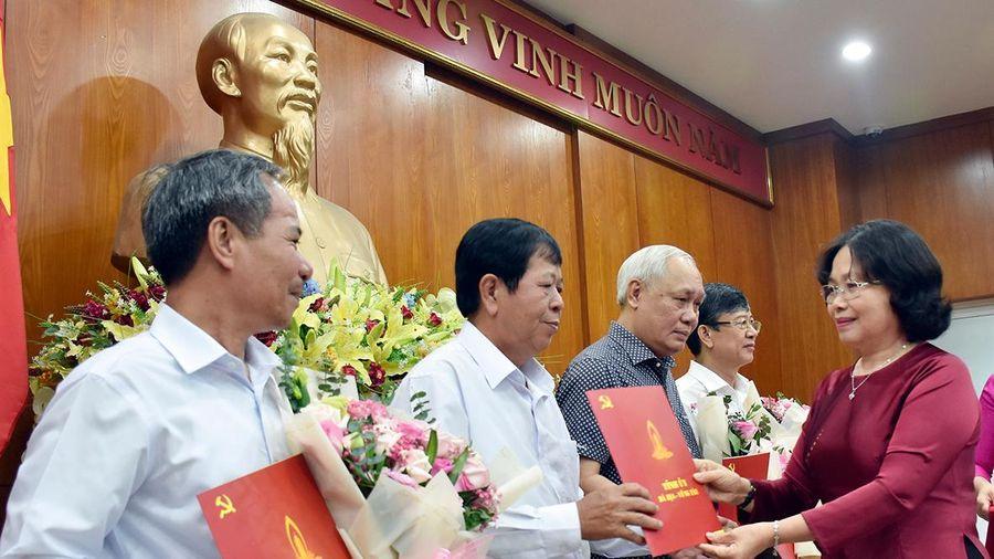 Thường trực Tỉnh ủy trao Quyết định nghỉ hưu cho 4 cán bộ lãnh đạo