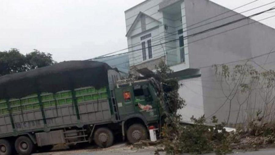 Tài xế ngủ gật khiến xe tải đâm đổ tường nhà dân, húc tung cột điện