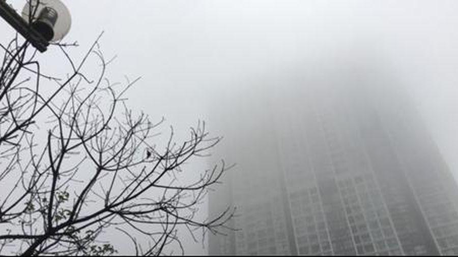 Hà Nội mờ mịt trong sương mù, trời rét