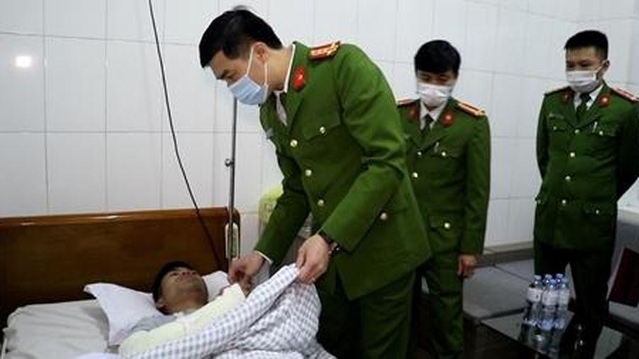 Thăm hỏi cán bộ Công an xã bị thương trong khi làm nhiệm vụ