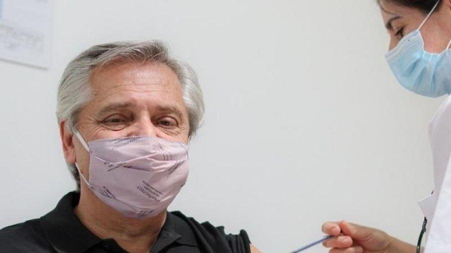 Tổng thống Argentina tiêm vaccine Sputnik V, ca ngợi Nga