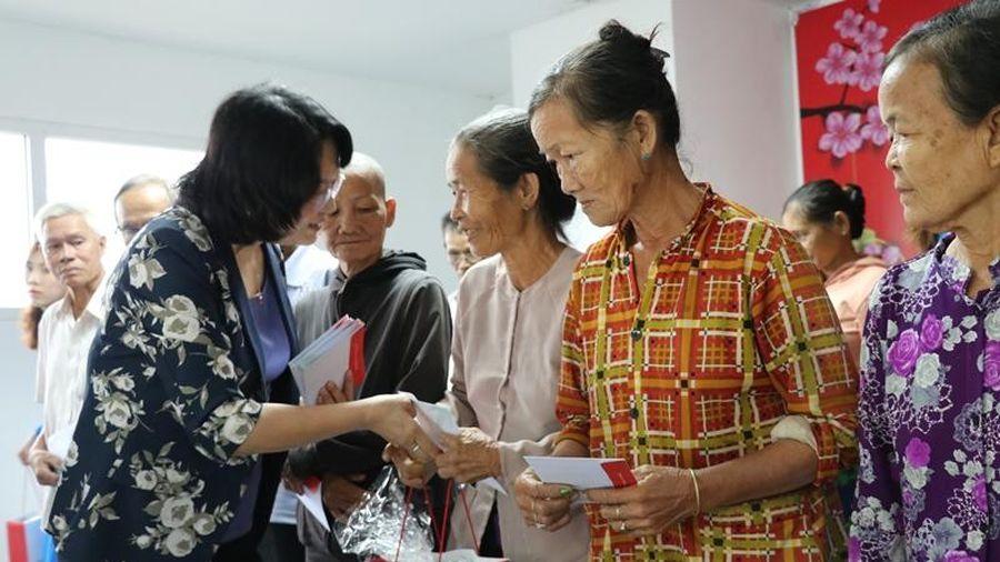 Phó Chủ tịch nước tặng quà gia đình chính sách, người hoàn cảnh khó khăn