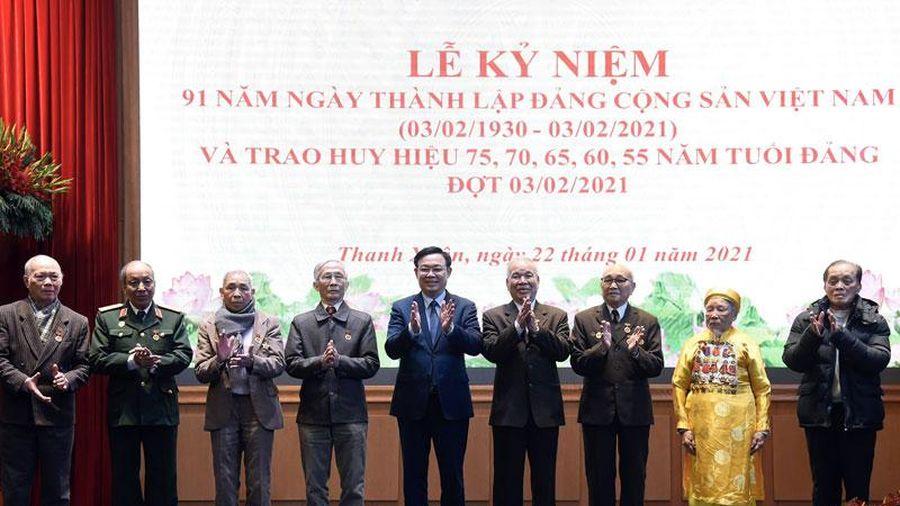 Trao tặng Huy hiệu Đảng cho các đảng viên lão thành
