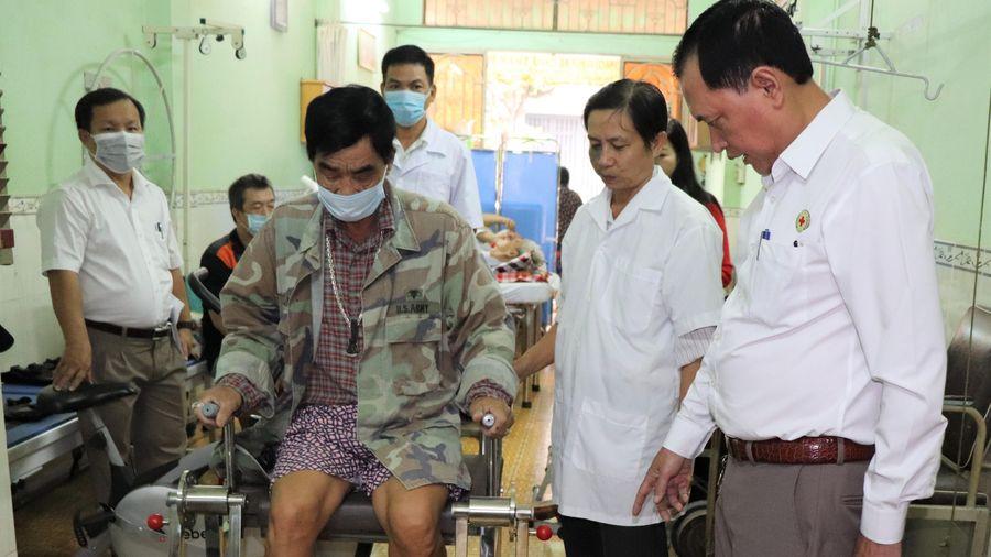 Trao thiết bị y tế cho các phòng khám nhân đạo