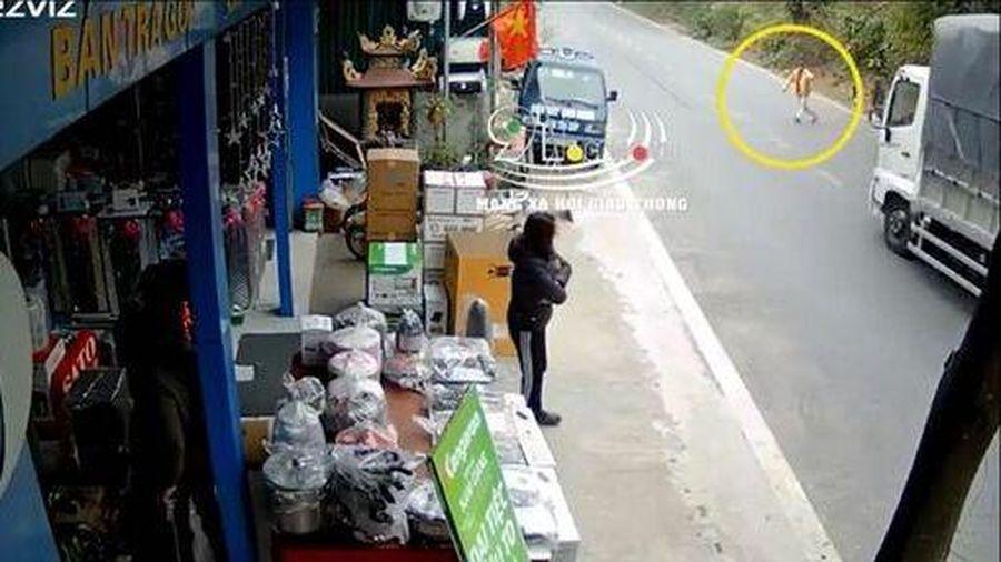 Người đàn ông thoát chết khi lao ra đường chặn đầu xe tải