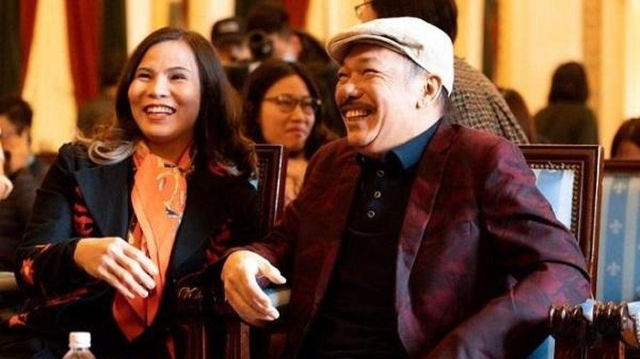 Nhạc sĩ Trần Tiến xuất hiện tại Hà Nội, thách đấu vật tay với thanh niên, đập tan tin đồn qua đời
