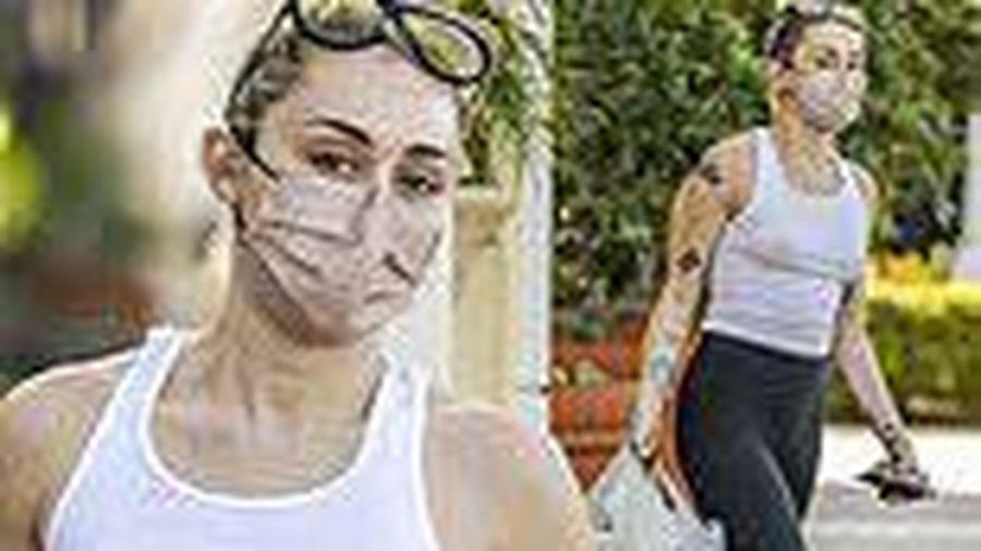 Miley Cyrus không nội y táo bạo ra phố
