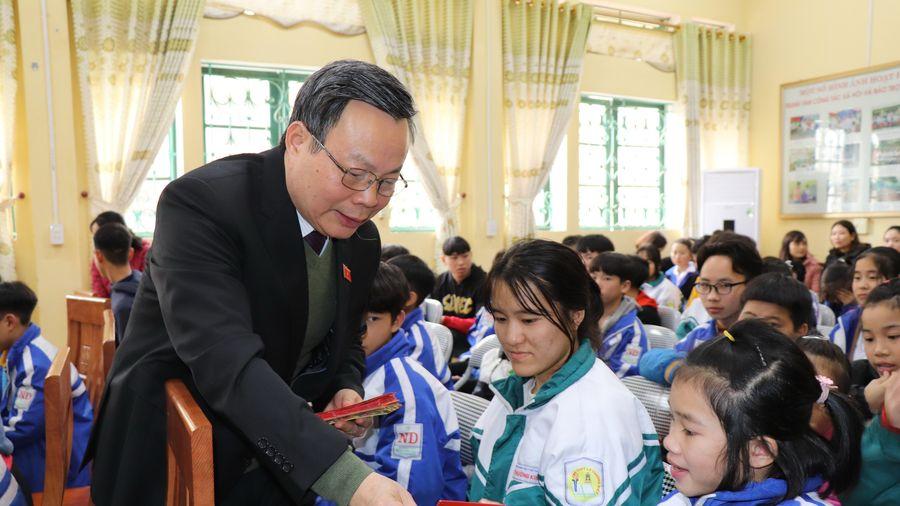 Phó Chủ tịch Quốc hội Phùng Quốc Hiển tặng quà Tết tại Yên Bái