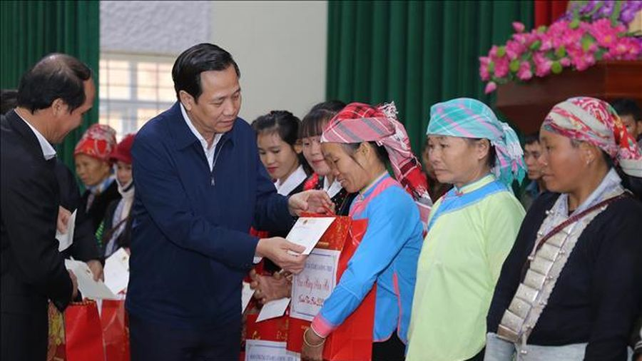 Thăm và tặng quà Tết cho hộ nghèo, người có công tỉnh Lào Cai