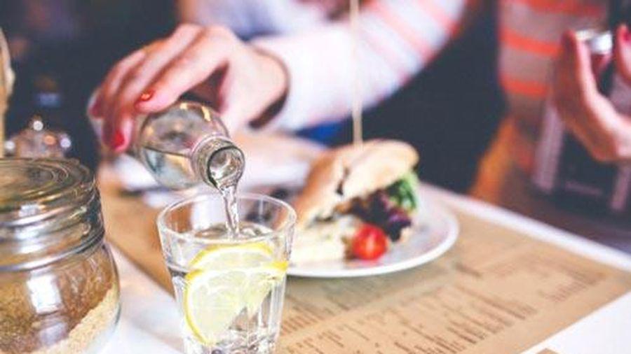 Vừa ăn vừa uống có tốt cho sức khỏe?