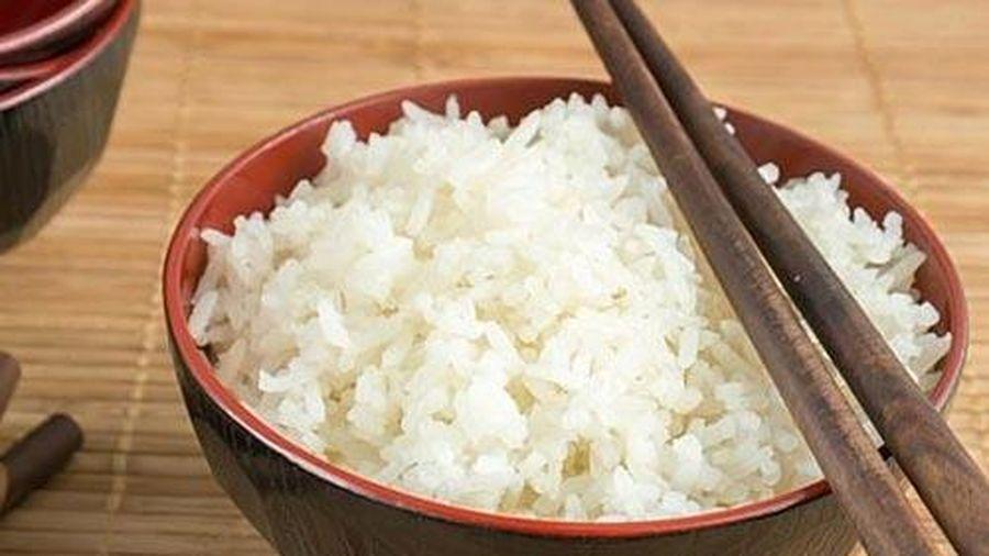 3 cách hấp cơm nguội nóng hổi như cơm mới