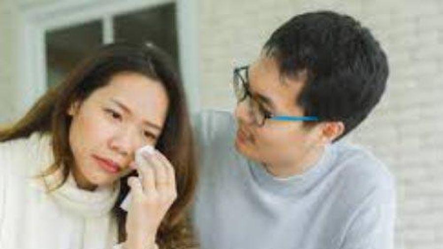Vợ khóc lên khóc xuống vì đi 'hóng' được tin Sơn Tùng MTP và bạn gái chia tay